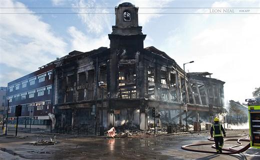 Ağustos 2011. Birçok ev ve iş yıkımlara neden şiddet olaylarının ardından  Londra'nın merkezinde sabah. Nikon D3S ve AF-S Nikkor 24-70mm f/2.8 ile çekildi