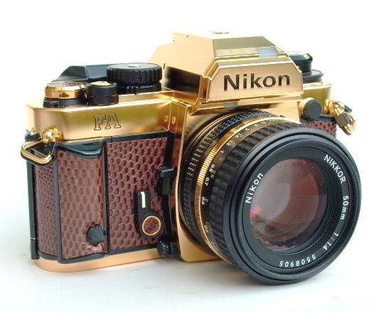 Altından Yapılmış Bir Nikon Kamera