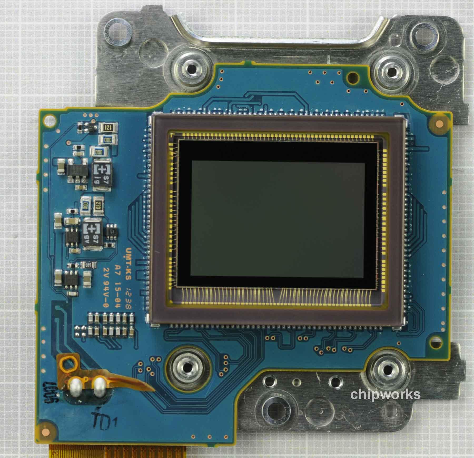 Nikon-D5200-sensor-made-by-Toshiba-2